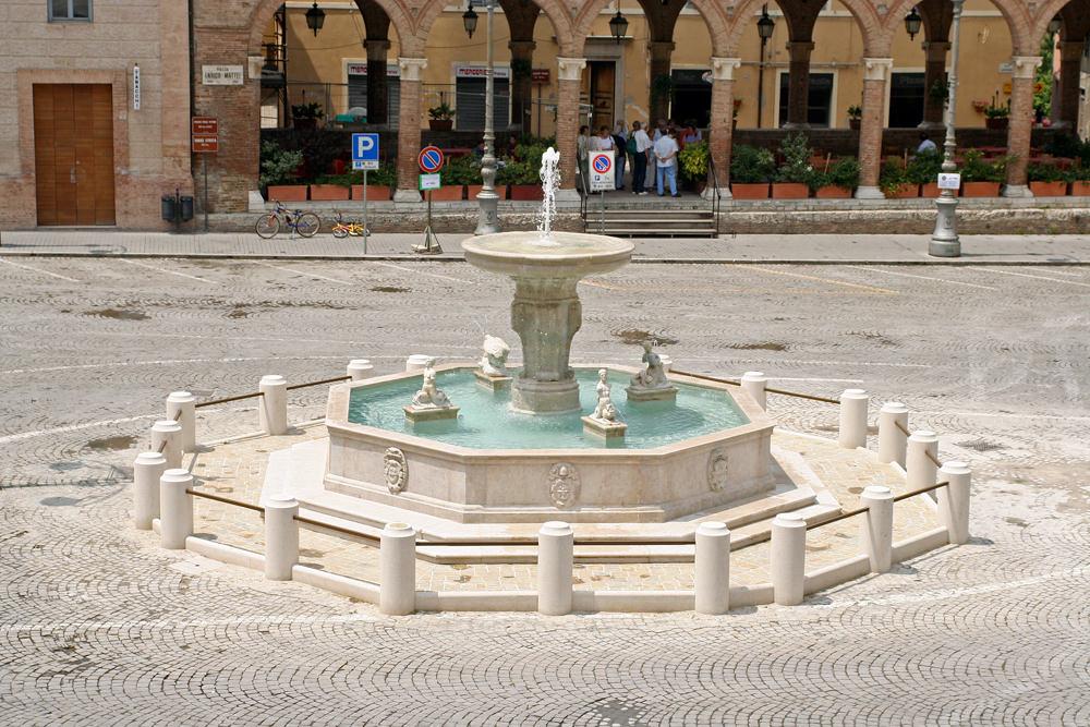Fontana Ottagonale in pietra bianca (l587)